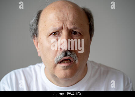 Close up Portrait von älteren Menschen verwirrt und verloren an Demenz leiden suchen, Gedächtnisverlust oder Alzheimer in der psychischen Gesundheit in den älteren Erwachsenen und später - Stockfoto