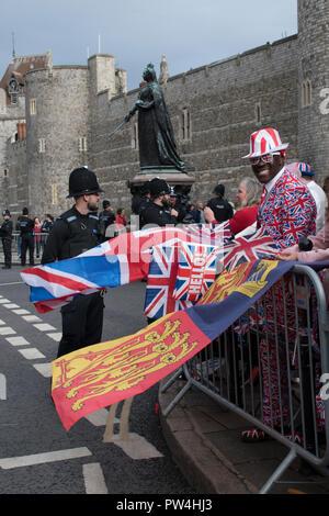 Patriotische schwarzer Mann Person tragen Union Jack Kleidung für Prinzessin Eugenie von York und Jack Brooksbank königliche Hochzeit Windsor Oktober 2018 Uk HOMER SYKES - Stockfoto