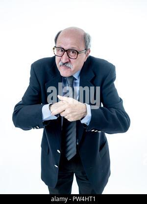 Voller Körper Portrait von kahlen 60 s glücklich und zuversichtlich Business posing nett und ordentlich lächelnd Denken in eine große Idee auf weißem Hintergrund in der Arbeit isoliert - Stockfoto