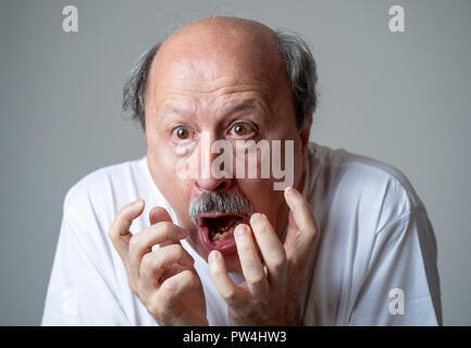 Nahaufnahme, Porträt einer Angst Angst alter Mann im Ausdruck der Angst in der menschlichen Emotionen und Gesichtsausdrücke in neutralen Hintergrund isoliert. - Stockfoto