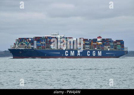 Containerschiff CMA CGM Georg Forster gesehen aus den Solent nach dem Besuch im Hafen von Southampton - Stockfoto