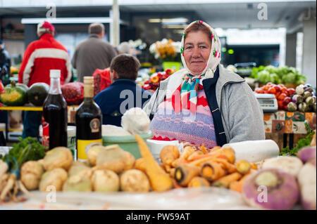 MARIBOR, Slowenien - 16.Oktober: eine Frau verkauft Gemüse auf dem lokalen Markt in Maribor, Slowenien am 16. Oktober 2011. - Stockfoto