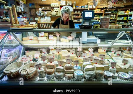 Ein Anbieter Scheiben Käse aus dem Val d'Aosta als lokale Milchprodukte sind auf Anzeige in einem Fenster in Valtournache, Italien am 18. September 2011 - Stockfoto