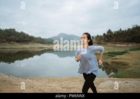 Eine Frau lief im Fluss - Stockfoto