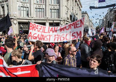 """London, Großbritannien. 13. Oktober, 2018. Antifaschistische Gruppen, darunter auch viele Frauen aus der Feministisch antifaschistischen Versammlung März durch London aus Protest gegen eine Kundgebung der Rechtsextremen demokratischen Fußball Jungs Alliance (DFLA). Anti-rassistische Gruppen hielt auch eine Einheit Demonstration mit der DFLA Demonstration zusammenfällt. Der Metropolitan Police auferlegten Bedingungen auf den Demonstrationen zu """"ernste Störung und ernste Störungen für das Leben der Gemeinschaft"""" zu verhindern. Credit: Mark Kerrison/Alamy leben Nachrichten - Stockfoto"""