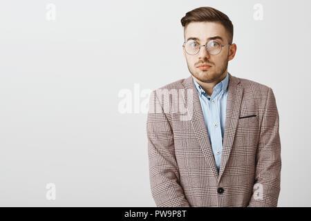 Taille-up Shot intensiver Sorgen stilvolle männlichen Büroangestellter in Gläsern und formale Jacke über blaues Hemd nervös an Kamera, Hände halten Gefühl Beschwerden erkennen, sehr große Fehler starrt - Stockfoto