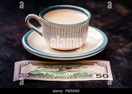 Fünfzig dollar Banknote neben einer Tasse Kaffee auf Tisch - Stockfoto