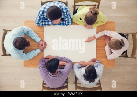 Hipster Teamarbeit Brainstorming Planung Sitzung Geschäftskonzept, Menschen-Team sitzen um den Tisch mit weißem Papier und zeigen, kopieren Raum - Stockfoto