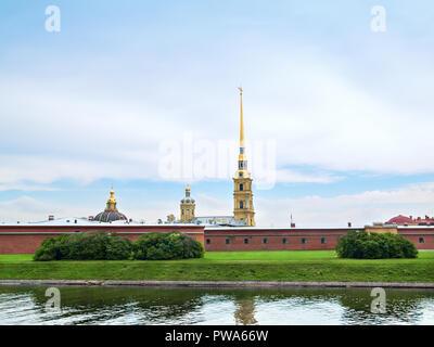 Die Wand der Bastion und die Kuppel der Peter und Paul Festung aus dem Kronverksky Straße in der Stadt St. Petersburg. - Stockfoto