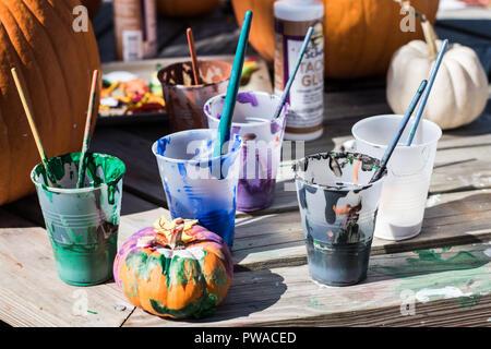 Herbstfest crafting punkins draußen im Park Spaß für die ganze Familie - Stockfoto