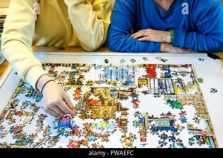 Mutter und Tochter tun ein Puzzle zusammen - Stockfoto