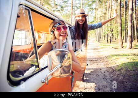 Hipster Freunde auf Road Trip auf einem Sommertag - Stockfoto