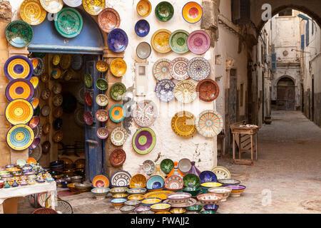 Marokko Essaouira farbenfrohe Keramik und Töpferei angezeigt, für den Verkauf außerhalb ein Geschäft in einer Fußgängerzone Gasse. Bunt und stimmungsvoll. - Stockfoto