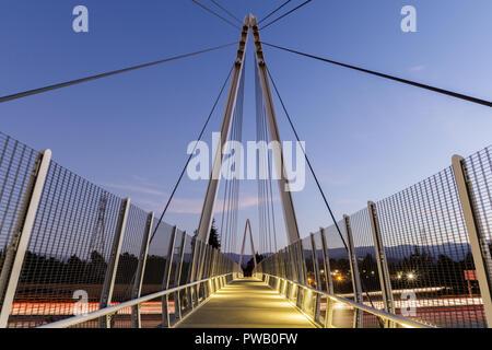 Dämmerung über Don Burnett Bicycle-Pedestrian Brücke (aka Mary Avenue Fahrrad Fußgängerbrücke). - Stockfoto