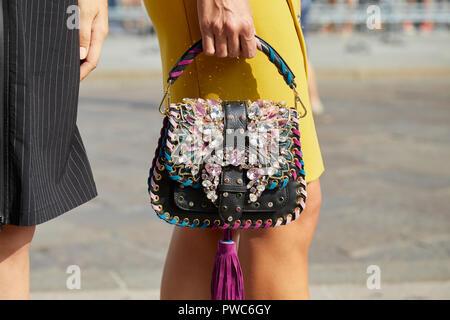 Mailand, Italien - 20 SEPTEMBER 2018: Frau mit schwarzen Ledertasche mit Edelsteinen und gelben Kleid vor Genny fashion show, Mailand Fashion Week street style - Stockfoto