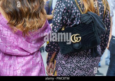 Mailand, Italien - 20 SEPTEMBER 2018: Frau mit schwarzem Samt Gucci Tasche und Kleid mit lila florales Design vor Genny fashion show, Mailand Fashion Week - Stockfoto