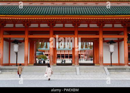 Menschen, die Heian Schrein Outen-mon Main Gate, Heian-jingu Shinto Schrein, sakyo-ku, Kyoto, Japan 2017 - Stockfoto