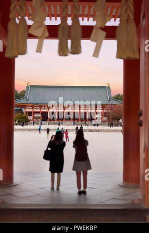 Menschen am Haupteingang des Heian Schrein, Outen - Mon, Heian-jingu Shinto Schrein, sakyo-ku, Kyoto, Japan 2017 - Stockfoto