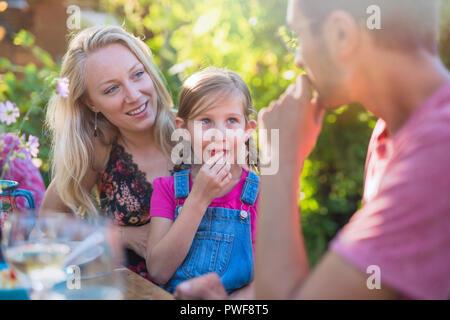 Eine fröhliche Familie zu Mittag essen, im Sommer im Garten. - Stockfoto