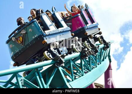 Tampa, Florida; 29. September 2018. Glückliches Kind genießen von Cobra Fluch Achterbahn in Busch Gardens Freizeitpark. - Stockfoto