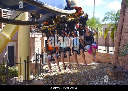 Tampa, Florida; September 29,2018. Lustige Leute starten terrifying Trip in Montu Achterbahn bei Bush Gardens - Stockfoto