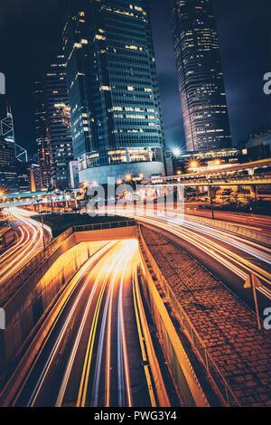 Straßenverkehr in Hongkong bei Nacht - Stockfoto