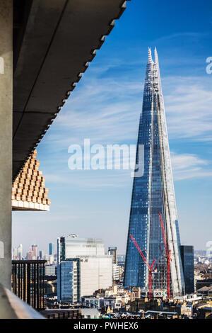 Die Londoner Skyline mit den ikonischen Shard Gebäude von der Tate Modern zu sehen. - Stockfoto