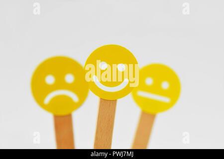 Gelbe smiley-Gesichter, die mit positiven, neutralen und negativen Ausdruck-Positivität Konzept - Stockfoto