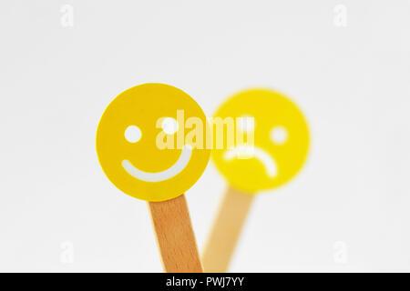 Smiley mit positiven Ausdruck vor aus foucs trauriges Gesicht-Positivität Konzept - Stockfoto