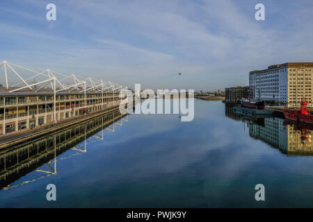 Royal Victoria Dock, London, UK, 14. Februar 2018: Luftaufnahme des Excel Ausstellung Zentrum von der Brücke in der Mitte des Docks und zeigt ein - Stockfoto