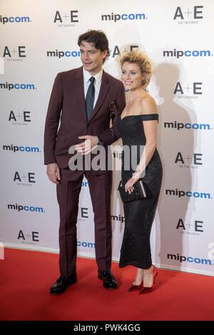 Cannes, Frankreich, 15. Oktober 2018, MAKSIM MATVEEV Schauspieler und VICTORIA MASLOVA Schauspielerin bei der MIPCOM Opening Night 2018 - Roter Teppich Partei - Stockfoto