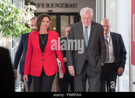 17 Oktober 2018, Bayern, München: Der CSU-Vorsitzende und Bundesinnenminister Horst Seehofer (vorne rechts) wird an die Sondierungsgespräche mit dem stellvertretenden Premierminister Ilse Aigner (CSU) und die Freie Wähler Partei kommen. Foto: Peter Kneffel/dpa - Stockfoto