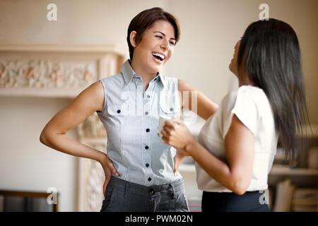 Zwei Geschäftsfrauen lächelnd während wir arbeiten. - Stockfoto