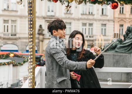 Prag, Dezember 25, 2017: jungen asiatischen Paar unter selfie im Gedächtnis von Prag in der Tschechischen Republik während der Weihnachtsferien. - Stockfoto