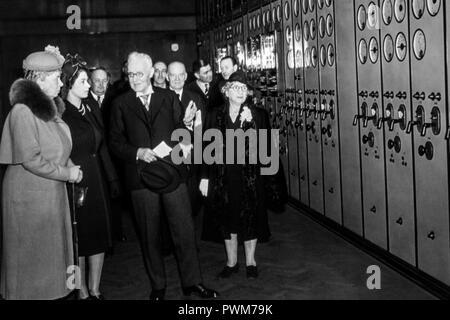 Battersea Power Station - eine junge Prinzessin Elizabeth und ihre Großmutter Queen Mary werden von verschiedenen Persönlichkeiten, um Control Room 'A', während einer Begehung im April 1946 gezeigt werden verbunden