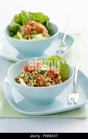 Tabbouleh auf grüne Salatblätter - Stockfoto