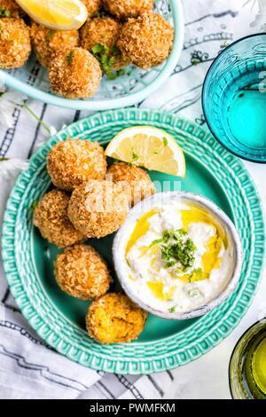 Karotte Falafel mit tahini Joghurt Soße - Stockfoto
