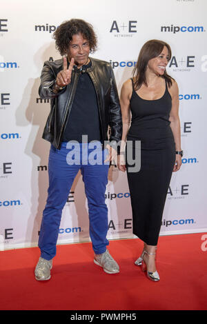 Cannes, Frankreich, 15. Oktober 2018, Stevie Salas und Christina Fon, Producer bei der MIPCOM Opening Night 2018 - Roter Teppich, Credit: ifnm Press/Alamy - Stockfoto