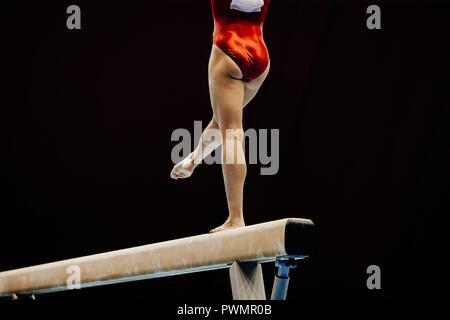Beine der weiblichen Turnerin am Schwebebalken auf Gymnastik Meisterschaft - Stockfoto