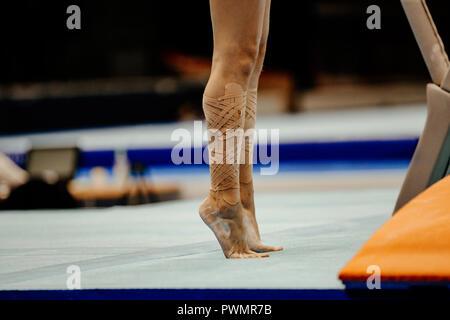 Shin weiblichen Gymnast in Taping stehend auf ihre Zehen - Stockfoto