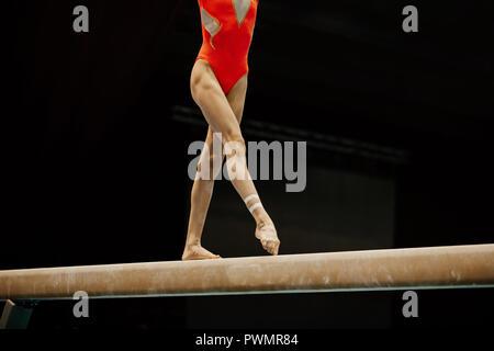 Schlanken Beine der weiblichen Turnerin am Schwebebalken Wettbewerb Gymnastik - Stockfoto
