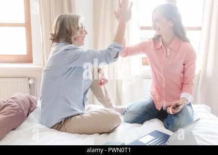 Mutter und Tochter zusammen mit hoher - fünf Arbeiten - Stockfoto