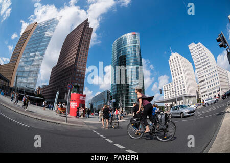Berlin. Deutschland. Erdgeschoss mit Fischaugenobjektiv, Potsdamer Platz. L-R; Daimler Chrysler Tower (Renzo Piano), Potsdamer Platz Nr. 1 (Kollhoff-Tower, Hans - Stockfoto