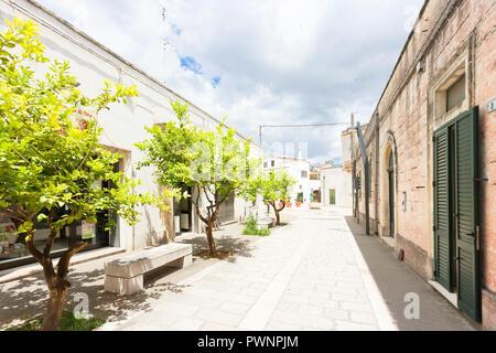 Specchia, Apulien, Italien - Wandern durch einen alten Gasse in Specchia - Stockfoto