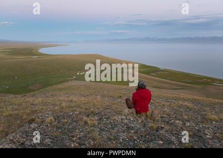 Frau beobachten das Ende der Sonnenuntergang auf See Song Kol, Kirgisistan - Stockfoto