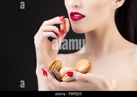 Enge Schuß eines Mädchens mit einem makronen - Stockfoto
