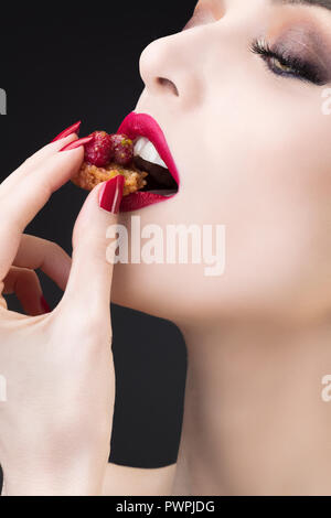 Enge Schoß des Mädchens Verkostung Red Fruit tart - Stockfoto