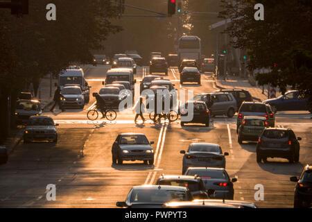 Fußgänger und Verkehr bei Sonnenuntergang in Burgas, Bulgarien - Stockfoto