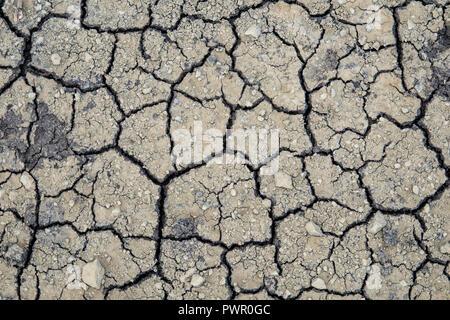 Große Risse in trockener Erde - Stockfoto