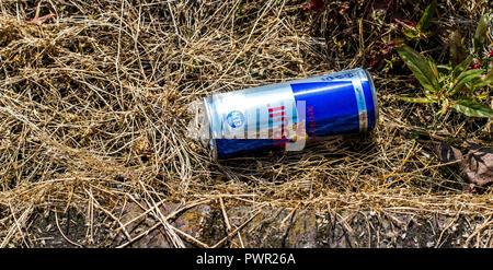 Red Bull Kühlschrank Licht : Eine flasche red bull energy drink auf weißem hintergrund